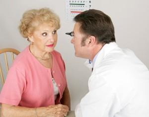 בדיקת עיניים לאשה מבוגרת