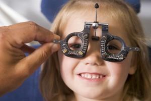 בדיקת עיניים לילדה