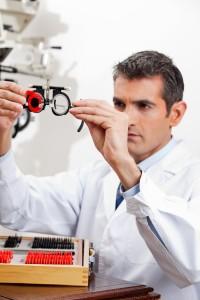 רופא בבדיקת עיניים